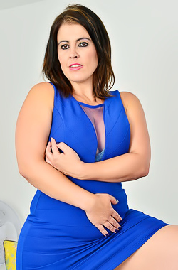 Montse Swinger Curvy Montse Swinger takes off her tight dress